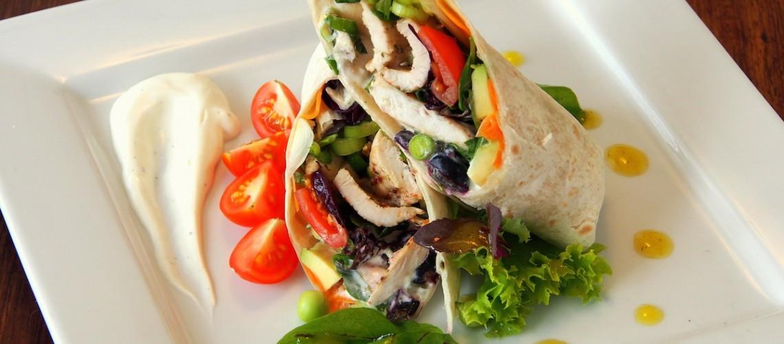 Tortilla s kuřecím masem a letním salátem